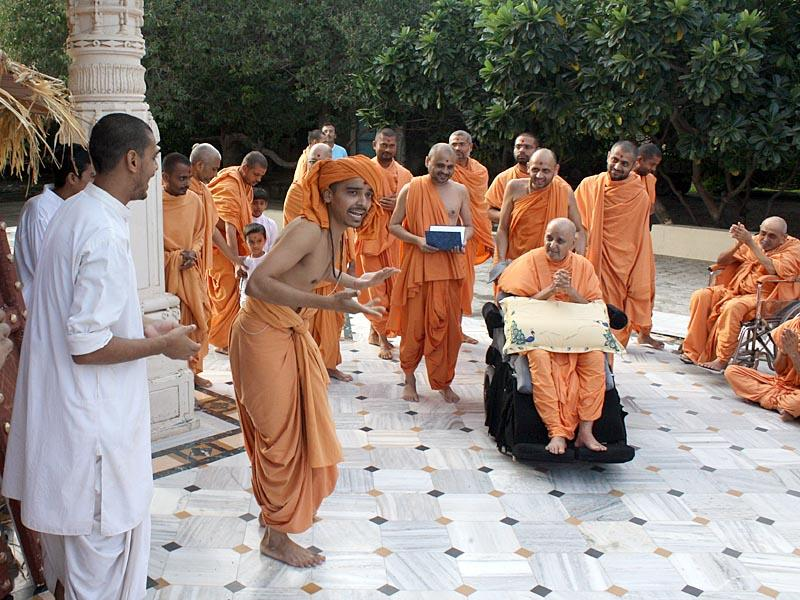 Swamishri in a jovial mood at the Smruti Mandir