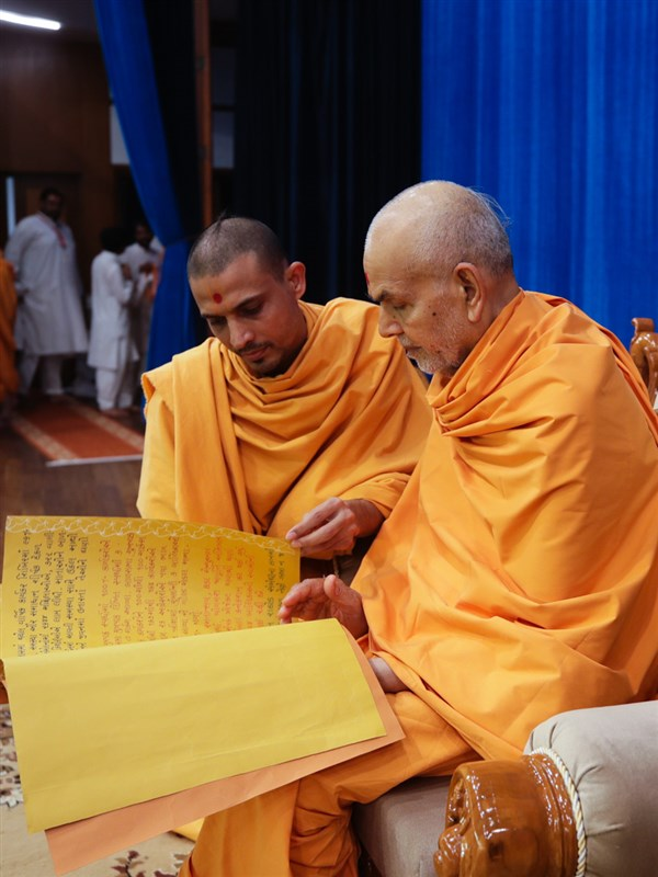 Swamishri sanctifies a card
