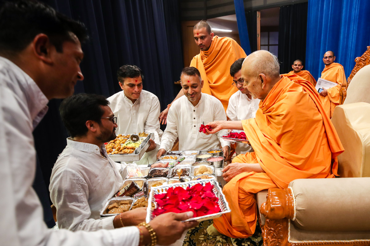 Swamishri sanctifies prasad for the karyakars