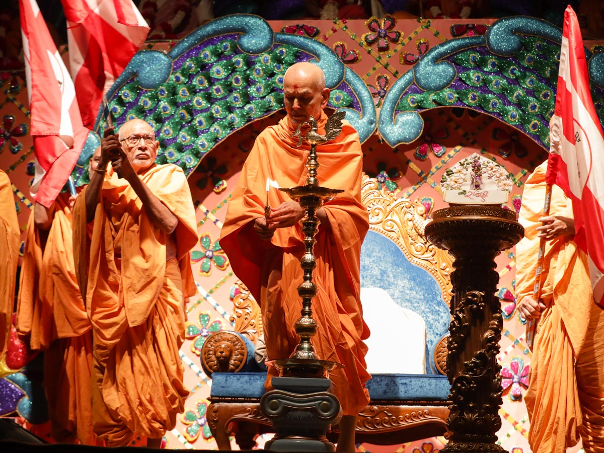 Swamishri lights the inaugural lamp for the Akhil Bharatiya Yuva Adhiveshan 2019