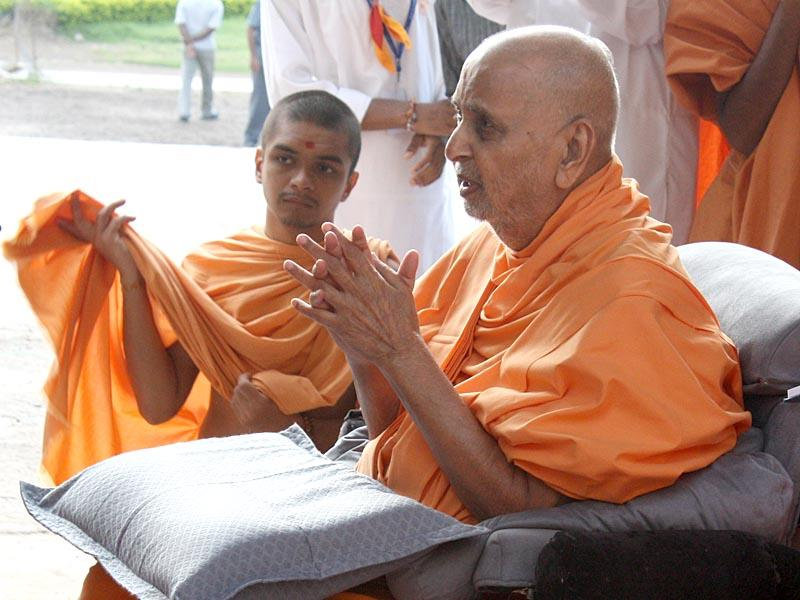 Swamishri engaged in darshan of Shri Hanumanji