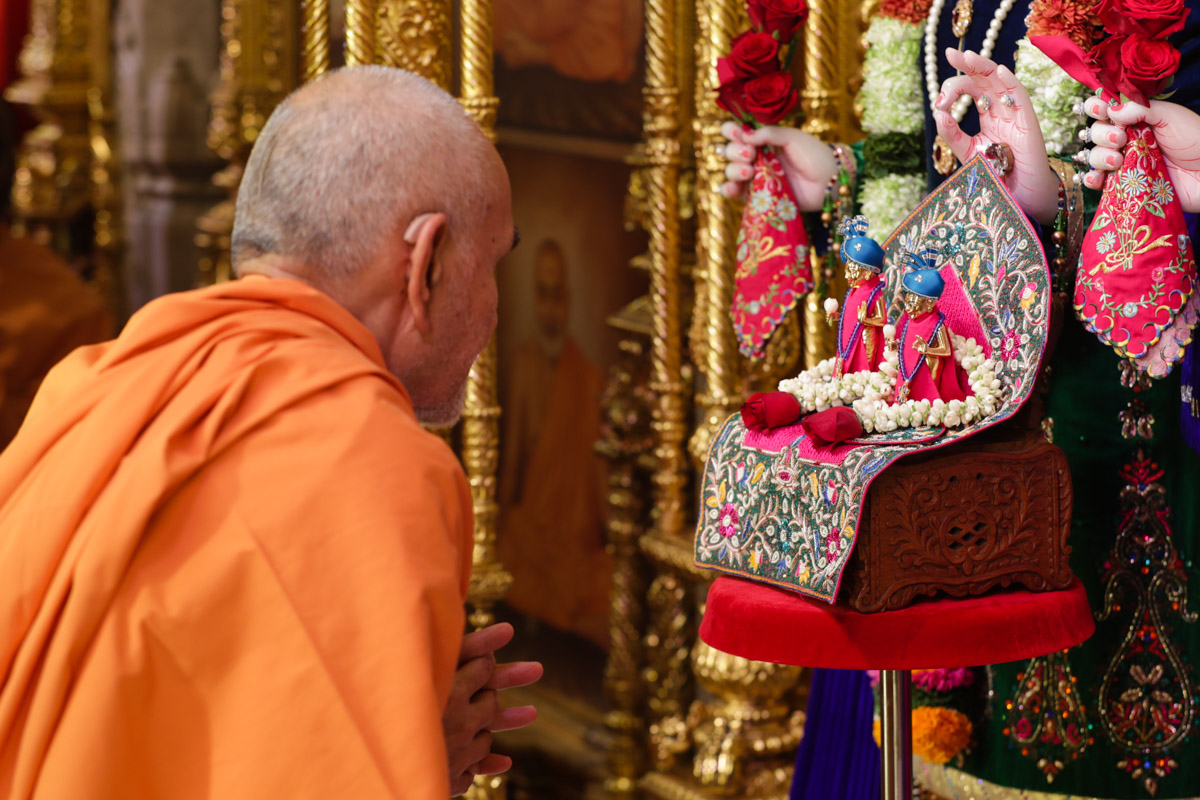 Swamishri engrossed in darshan of Shri Jabreshwar Maharaj