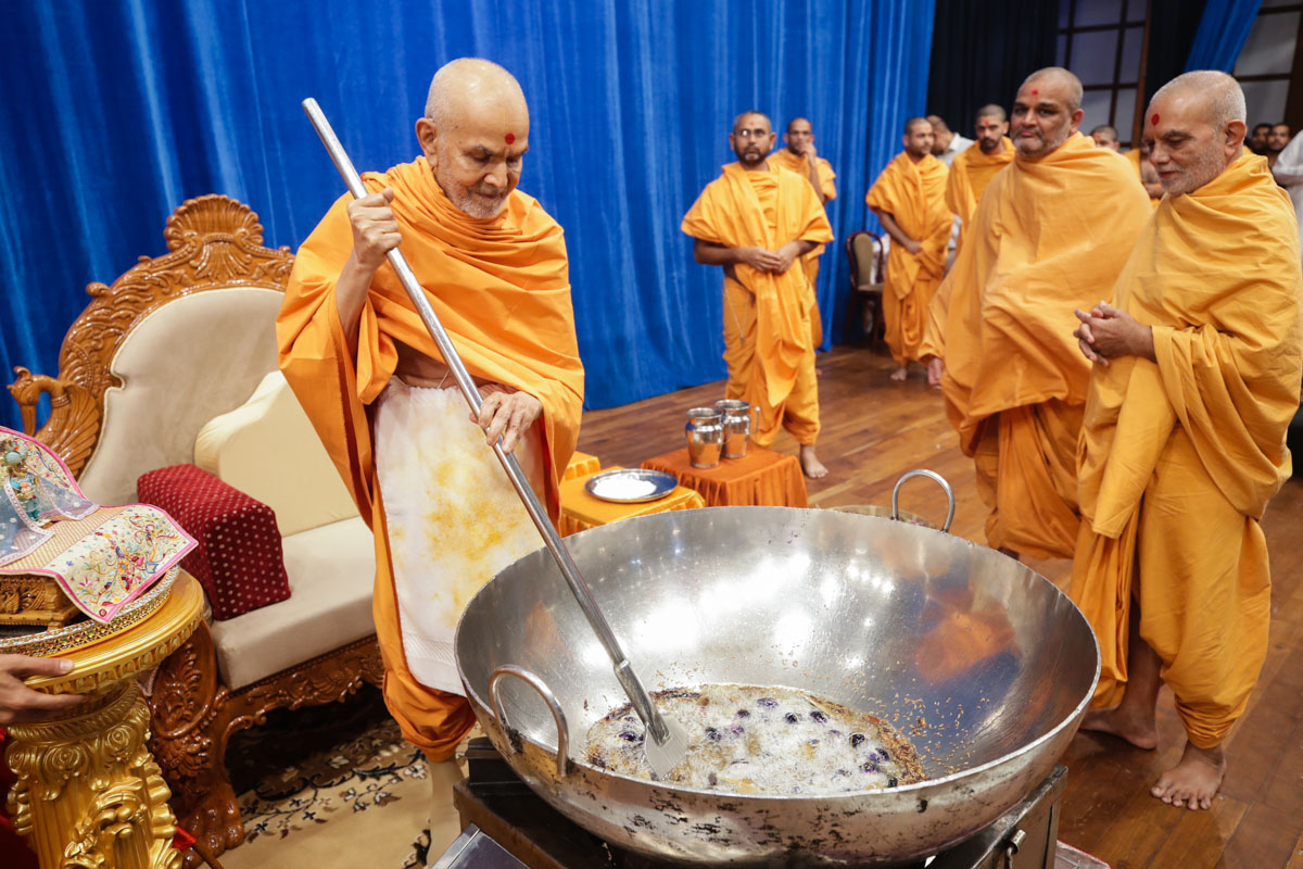 Swamishri stirs the shak mixture