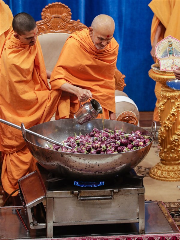 Swamishri adds ghee to the shak mixture