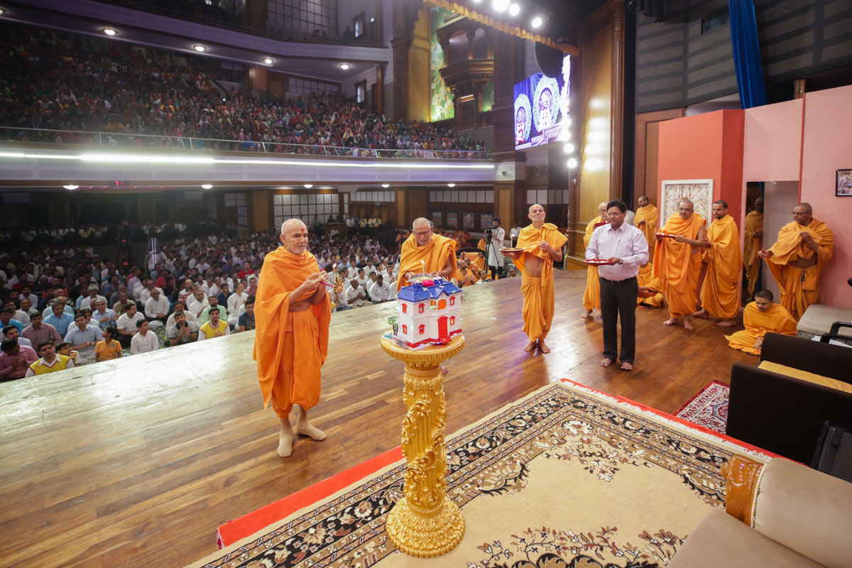 Swamishri, Pujya Kothari Swami and Pujya Viveksagar Swami perform the evening arti
