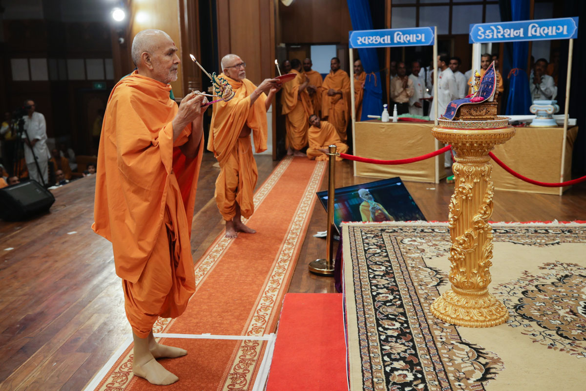 Swamishri and Pujya Bhaktipriya Swami (Kothari Swami) perform the evening arti
