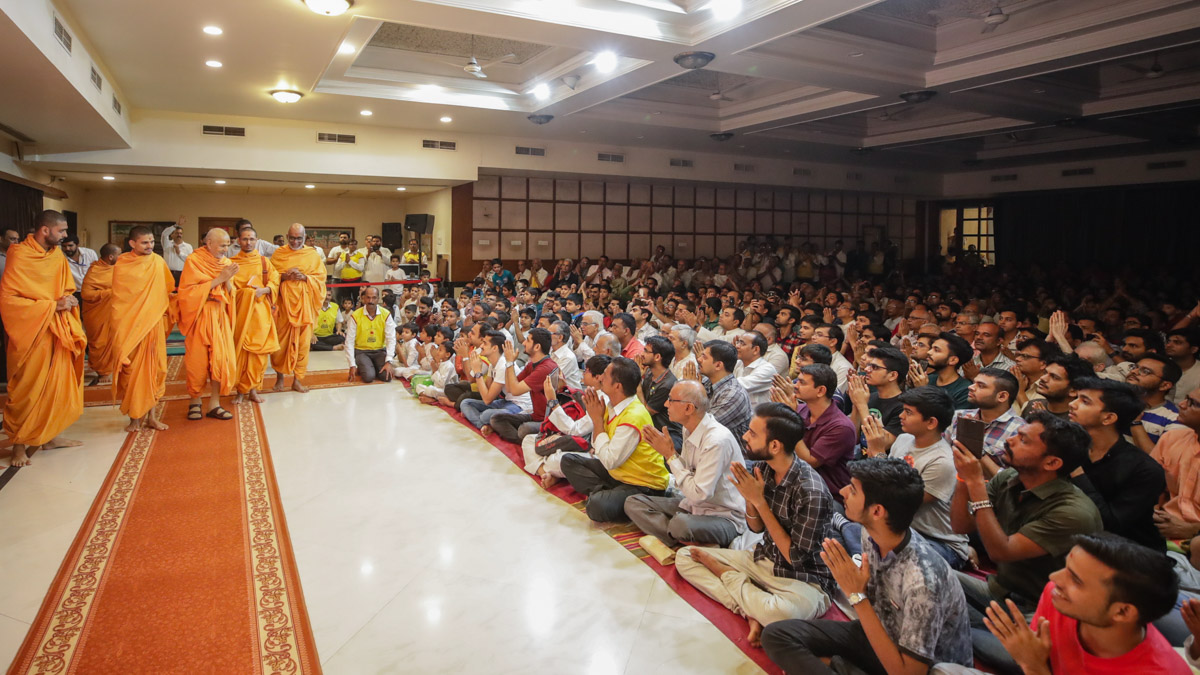 Swamishri greets devotees with 'Jai Swaminarayan' in the evening