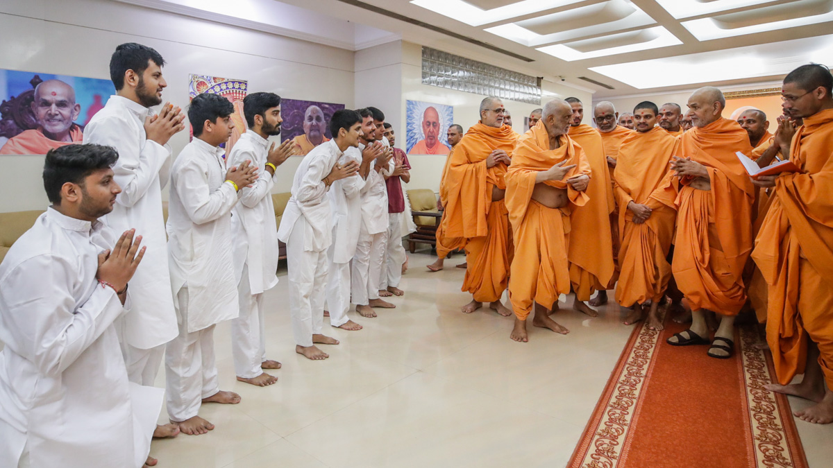 Youths doing darshan of Swamishri