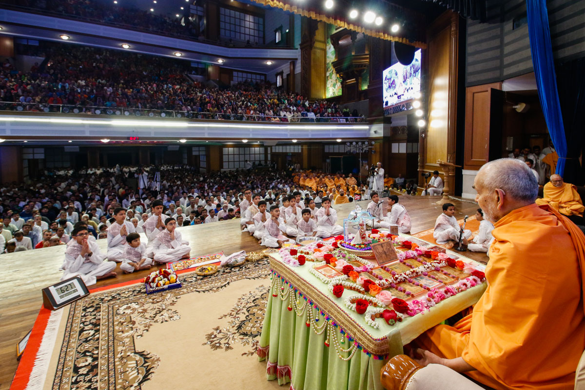 Children present mukhpath before Swamishri