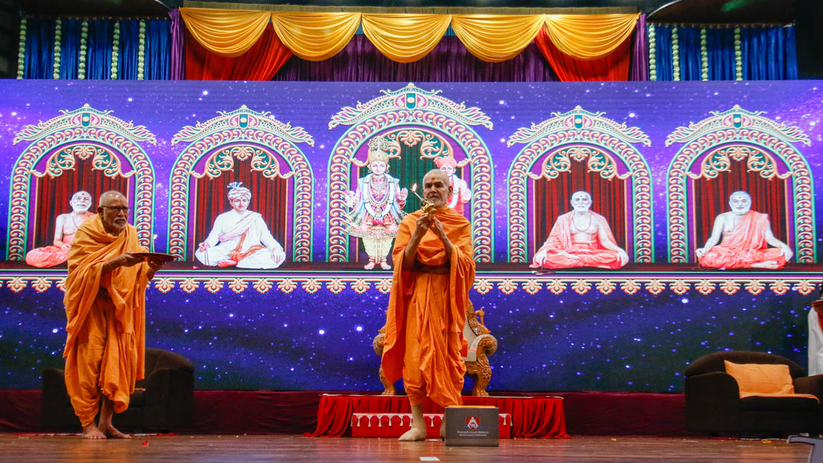 Swamishri and Pujya Kothari Swami perform the evening arti