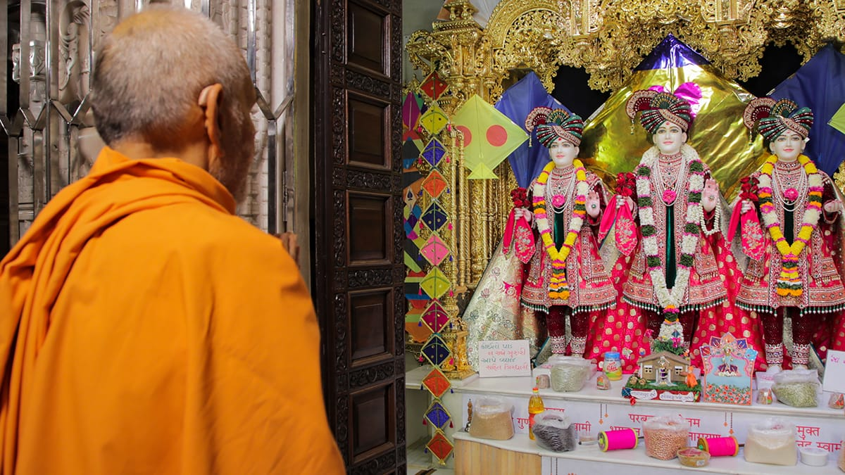 Swamishri engrossed in darshan of Thakorji before departing from mandir