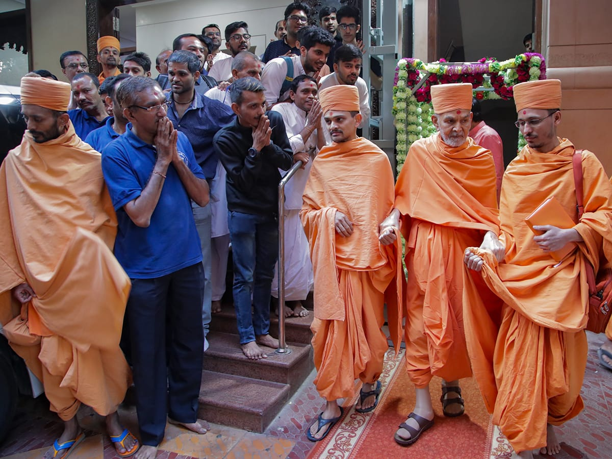 Swamishri departs from mandir