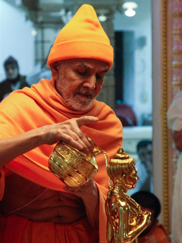 Swamishri performs abhishek of Shri Nilkanth Varni