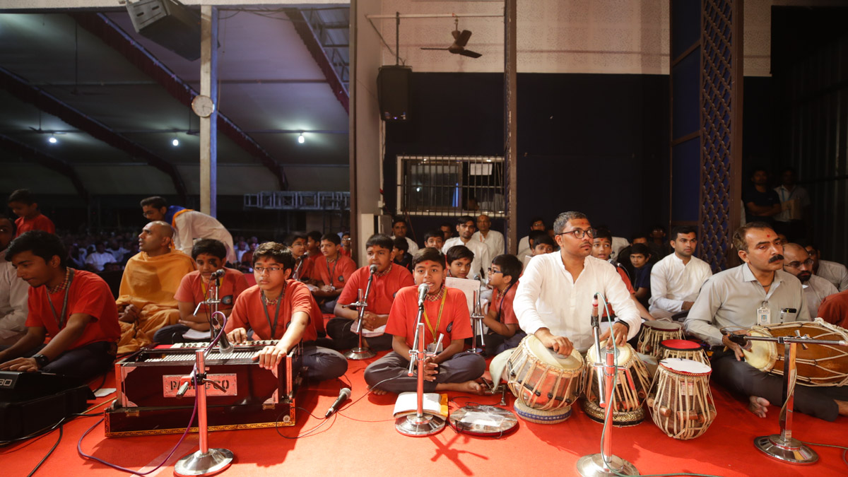 Students of BAPS Swaminarayan Vidyamandir, Surat, sing kirtans in Swamishri's morning puja