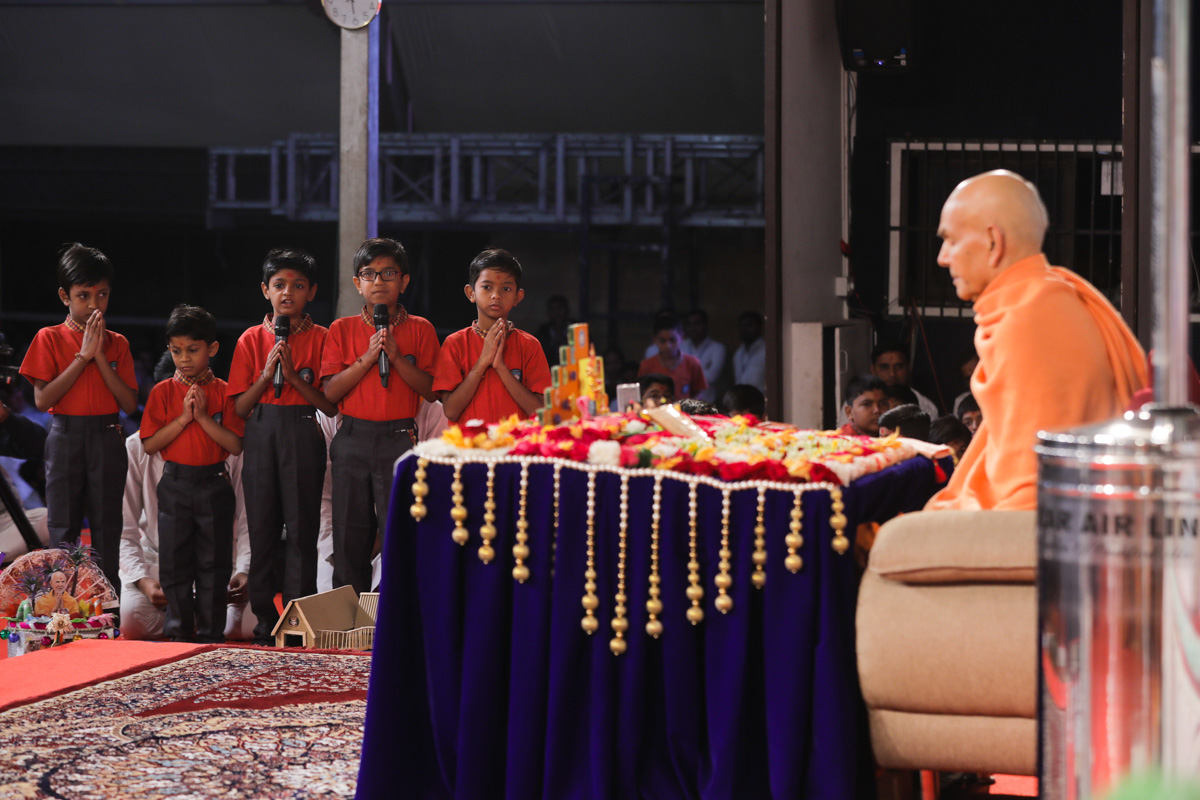 Students present mukhpath before Swamishri
