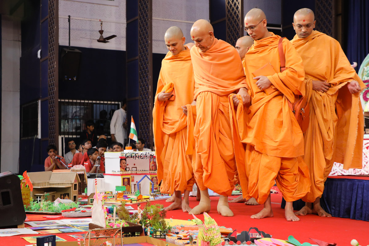 Swamishri observes students' creations