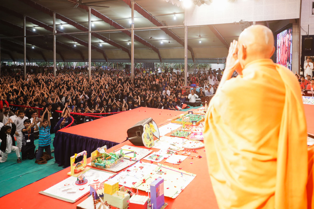 Swamishri greets students with 'Jai Swaminarayan'