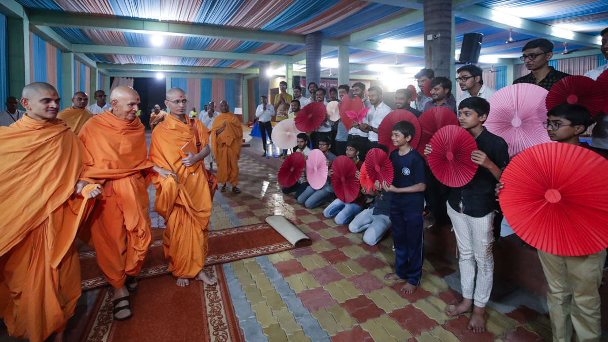 Children doing darshan of Swamishri in the evening