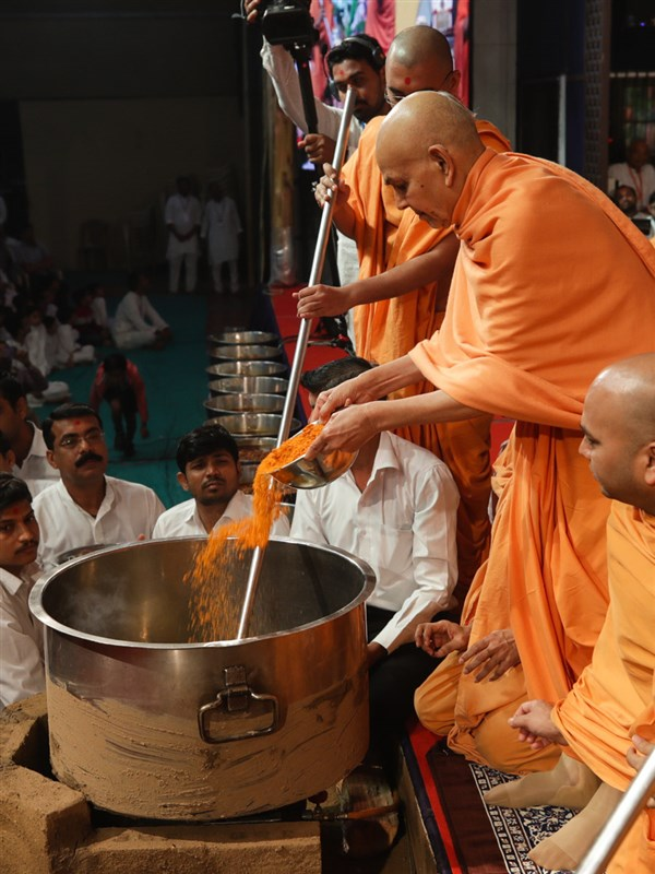 Swamishri adds spices to the shak mixture