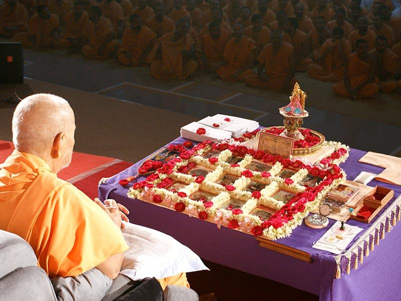 Swamishri worships Shri Harikrishna Maharaj in his morning puja