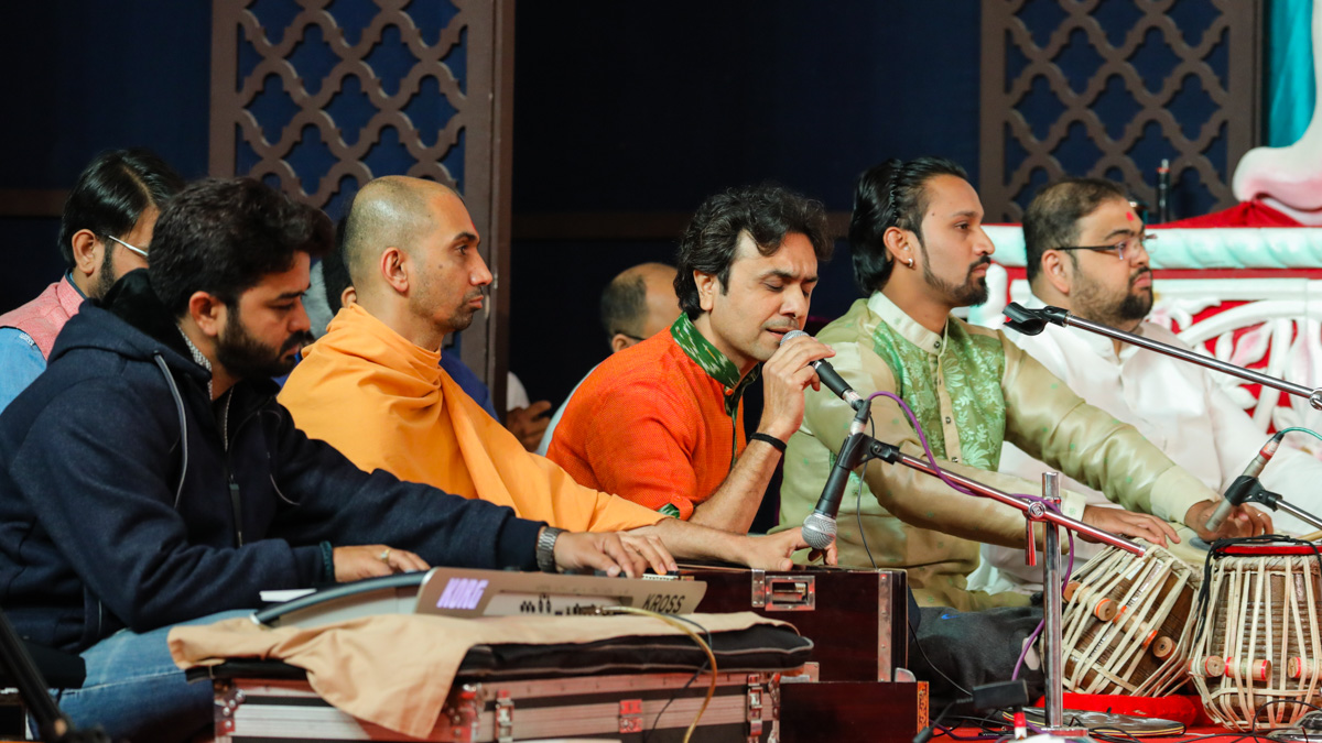 Aman Lekhdia sings kirtans in Swamishri's daily puja