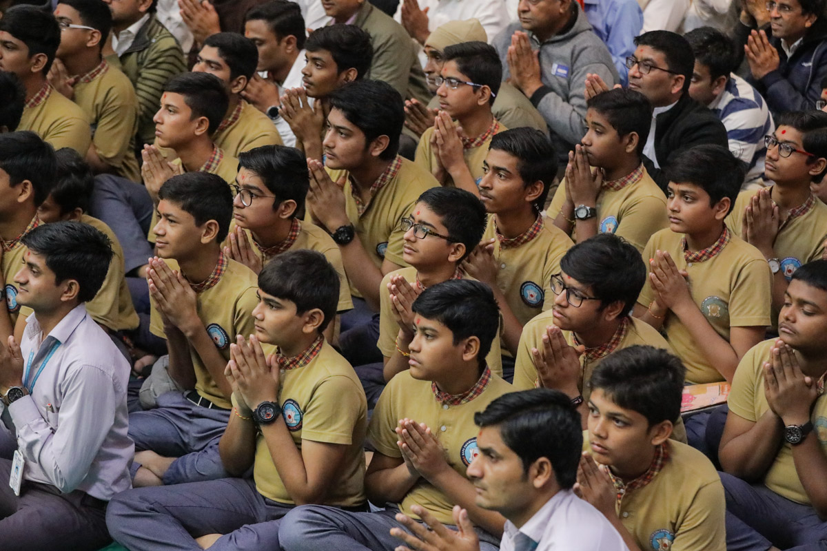 Students of Swaminarayan Vidyamandir, Surat, doing darshan of Swamishri