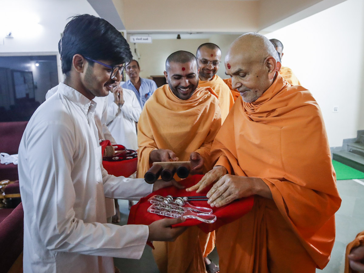 Swamishri sanctifies percussion instruments
