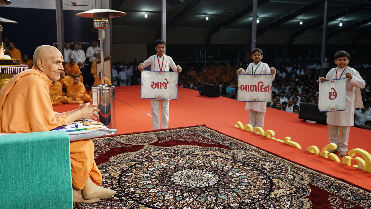 Children invite Swamishri to the evening Bal Din assembly