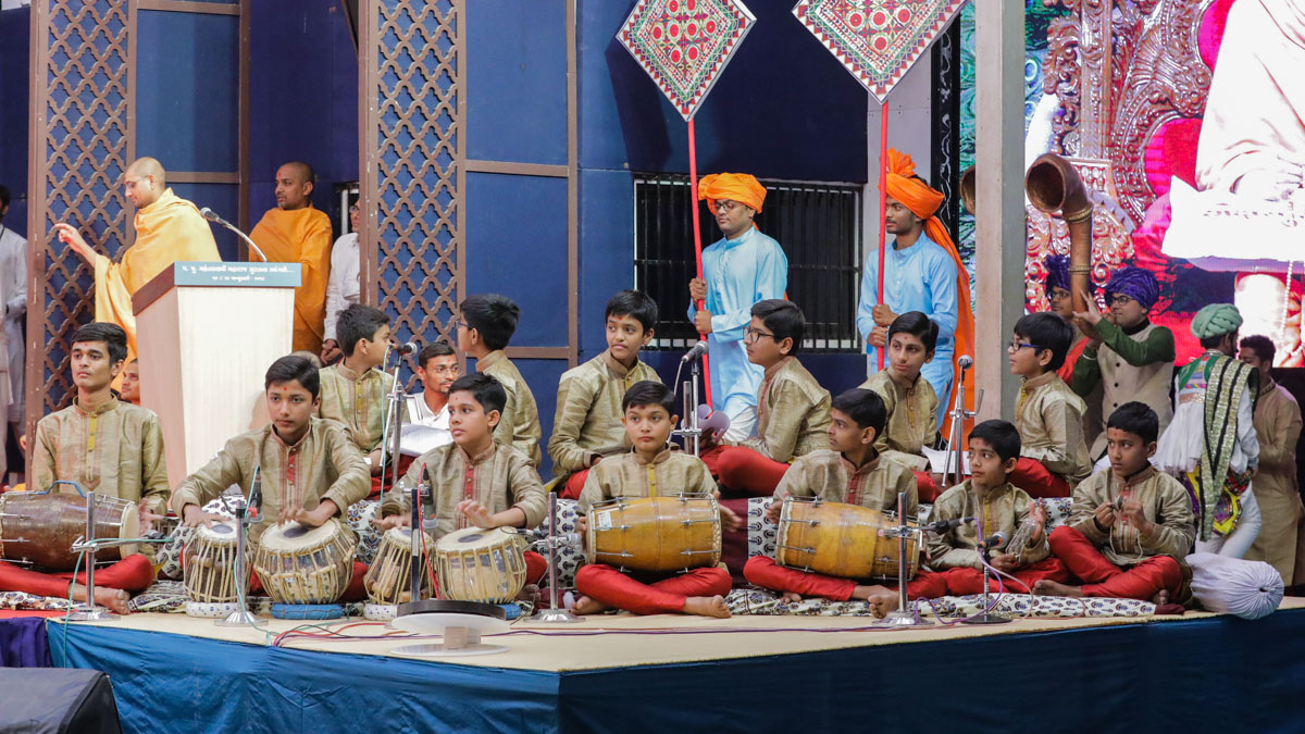 Children sing kirtans in the evening Bal Din assembly