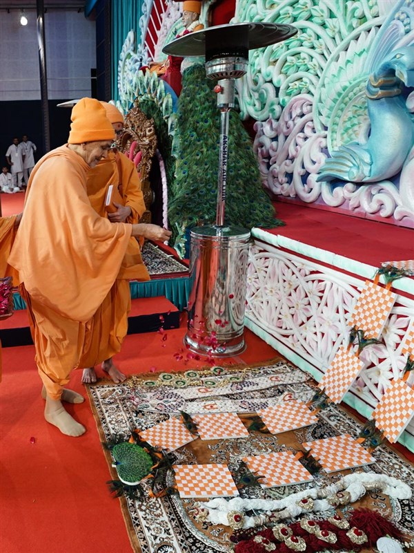 Swamishri sanctifies garlands made by devotees