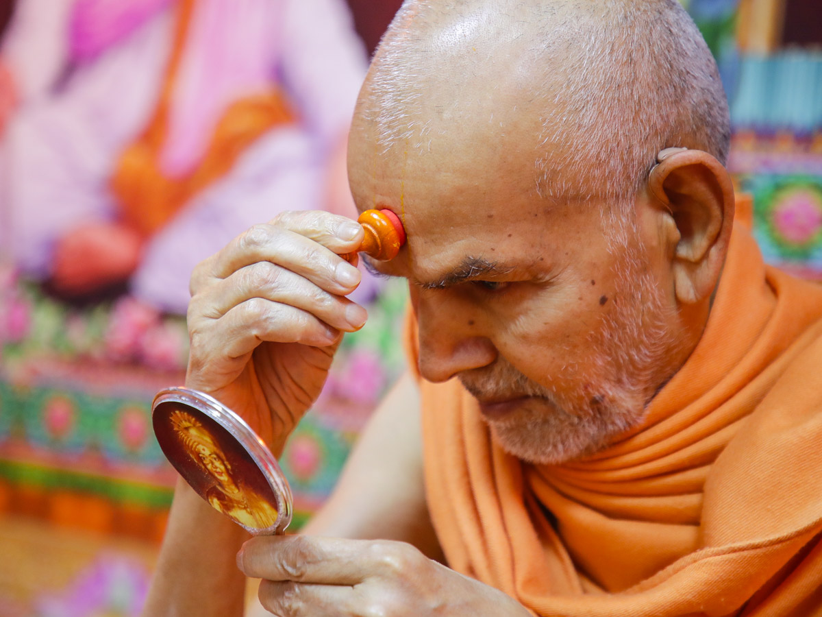 Swamishri applies chandlo
