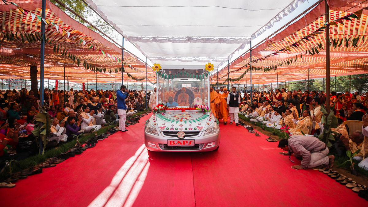 Swamishri arrives at the Shri Swaminarayan Vishwashanti Mahayaag