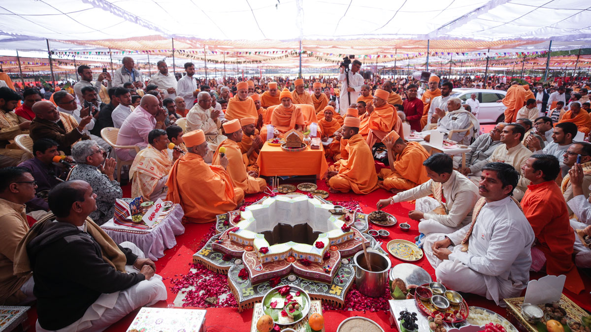 Swamishri and devotees perform the yagna rituals