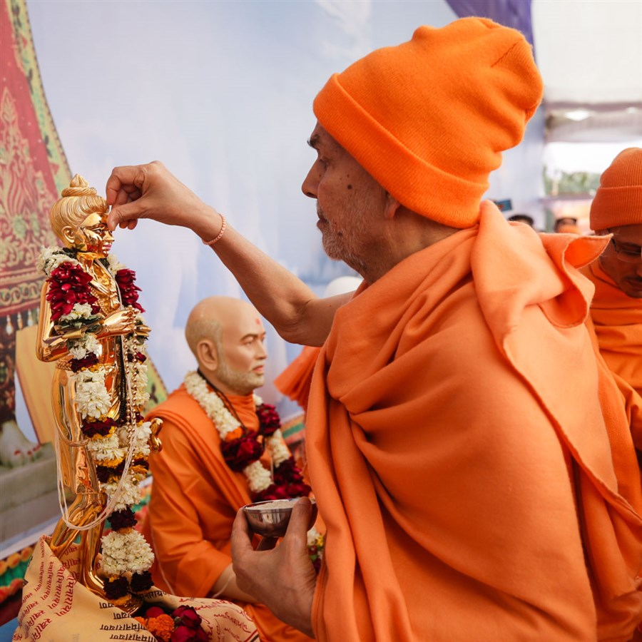 Swamishri performs pujan of Shri Nilkanth Varni