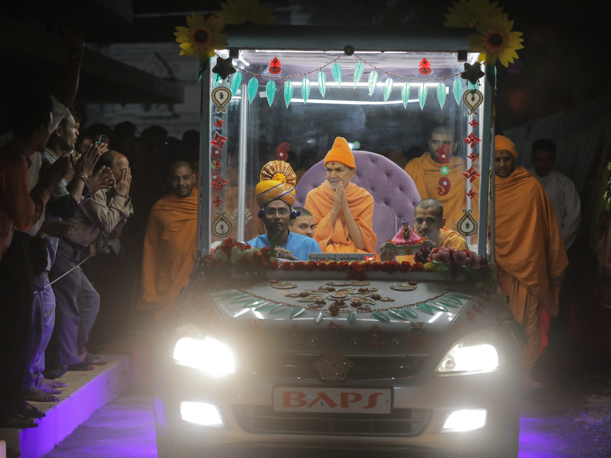 Swamishri on his way for the evening satsang assembly