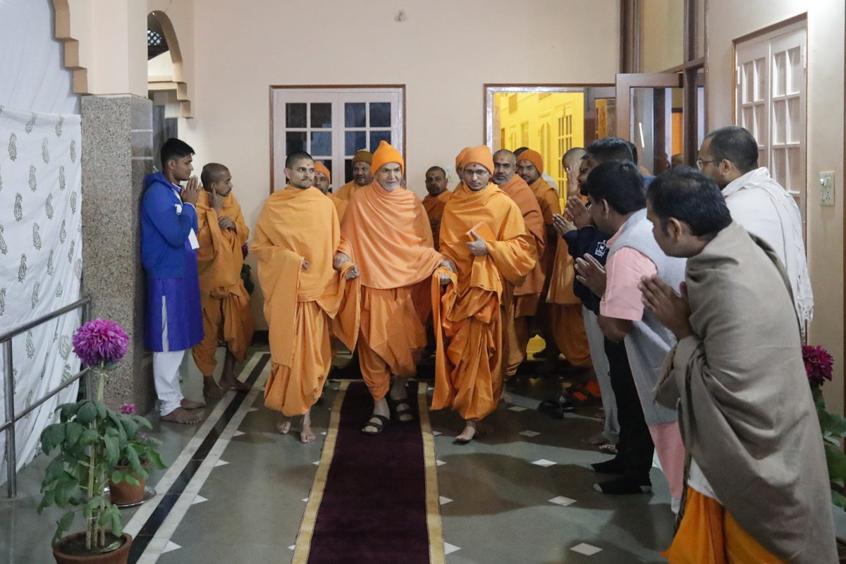 Devotees doing darshan of Param Pujya Mahant Swami Maharaj