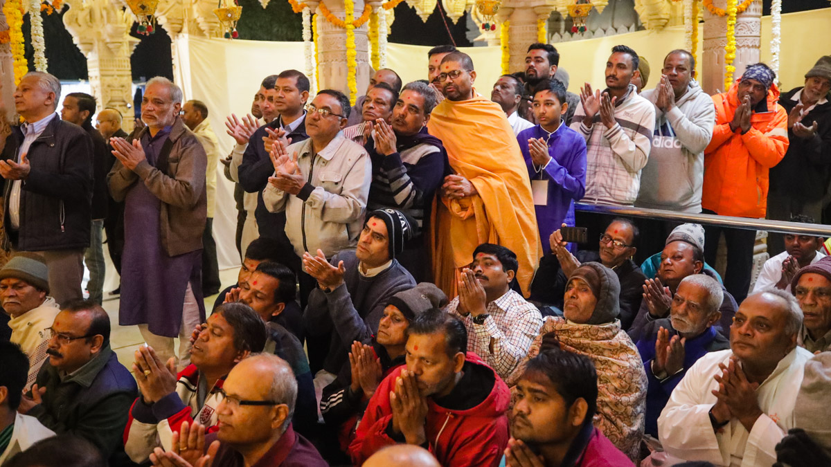 Devotees doing darshan of the arti