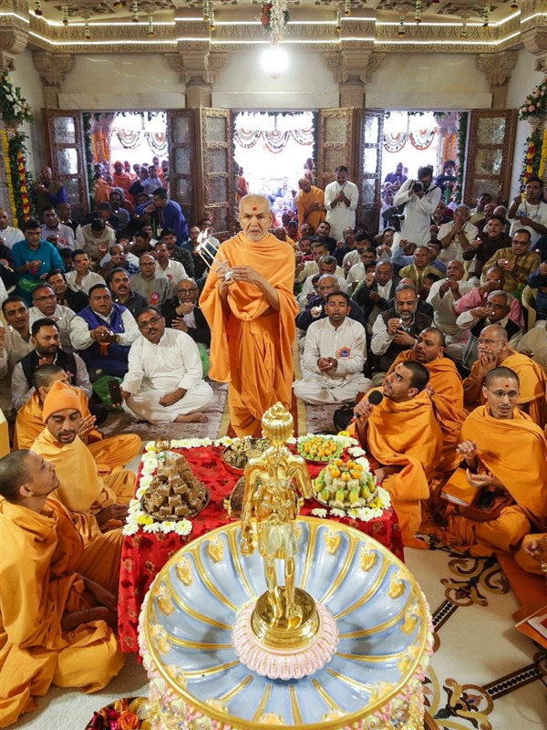 Swamishri performs the murti-pratishtha arti