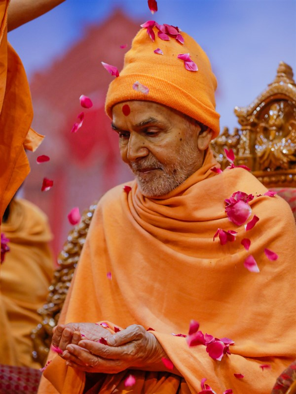 Pujya Tyagvallabh Swami showers flowers petals on Swamishri