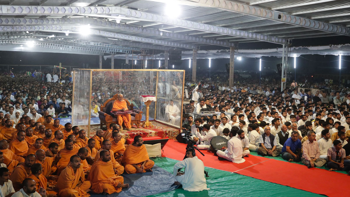Swamishri, sadhus and devotees during the assembly