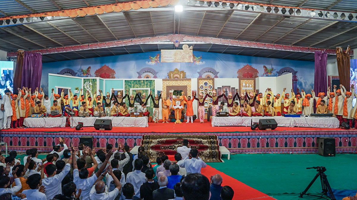 Swamishri, Pujya Tyagvallabh Swami and youths join hands to symbolize unity