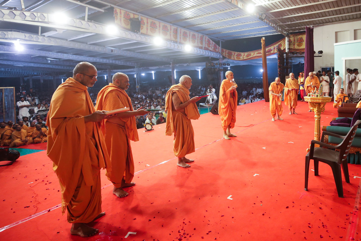 Swamishri, Pujya Tyagvallabh Swami and sadhus perform the evening arti