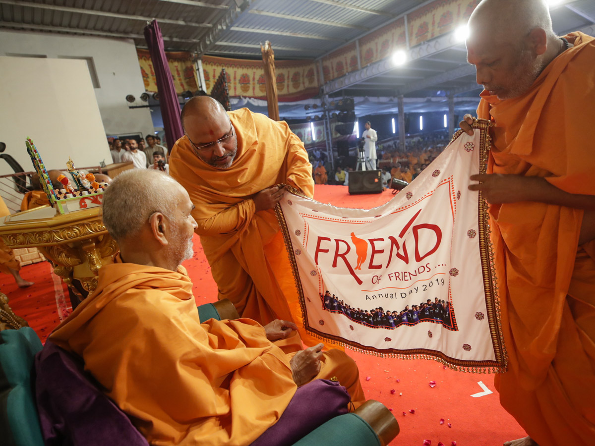 Swamishri observes a shawl made by youths