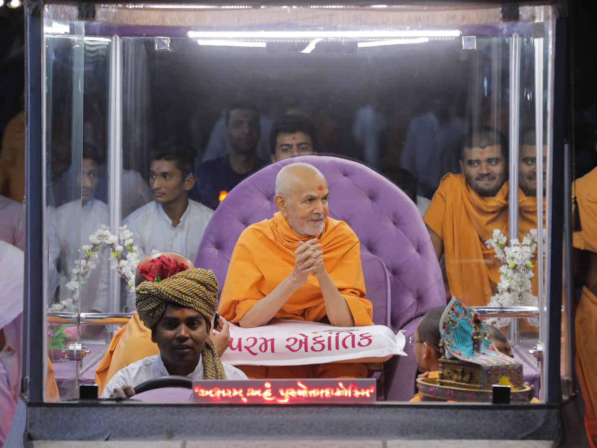 Swamishri on his way to the welcome assembly