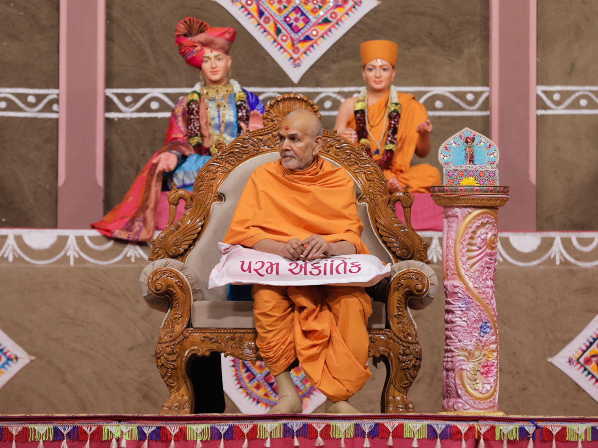 Swamishri during the evening welcome assembly