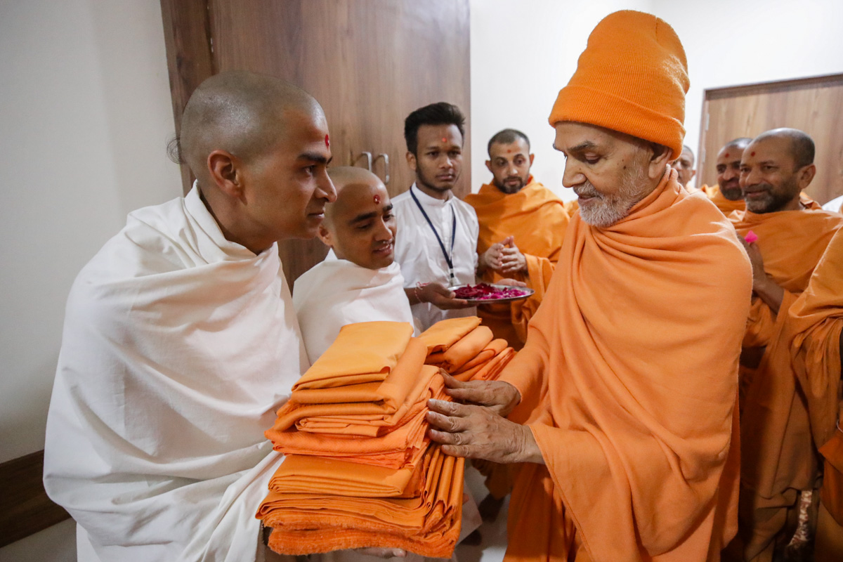 Param Pujya Mahant Swami Maharaj sanctifies sadhus' robes prior to their bhagwati diksha