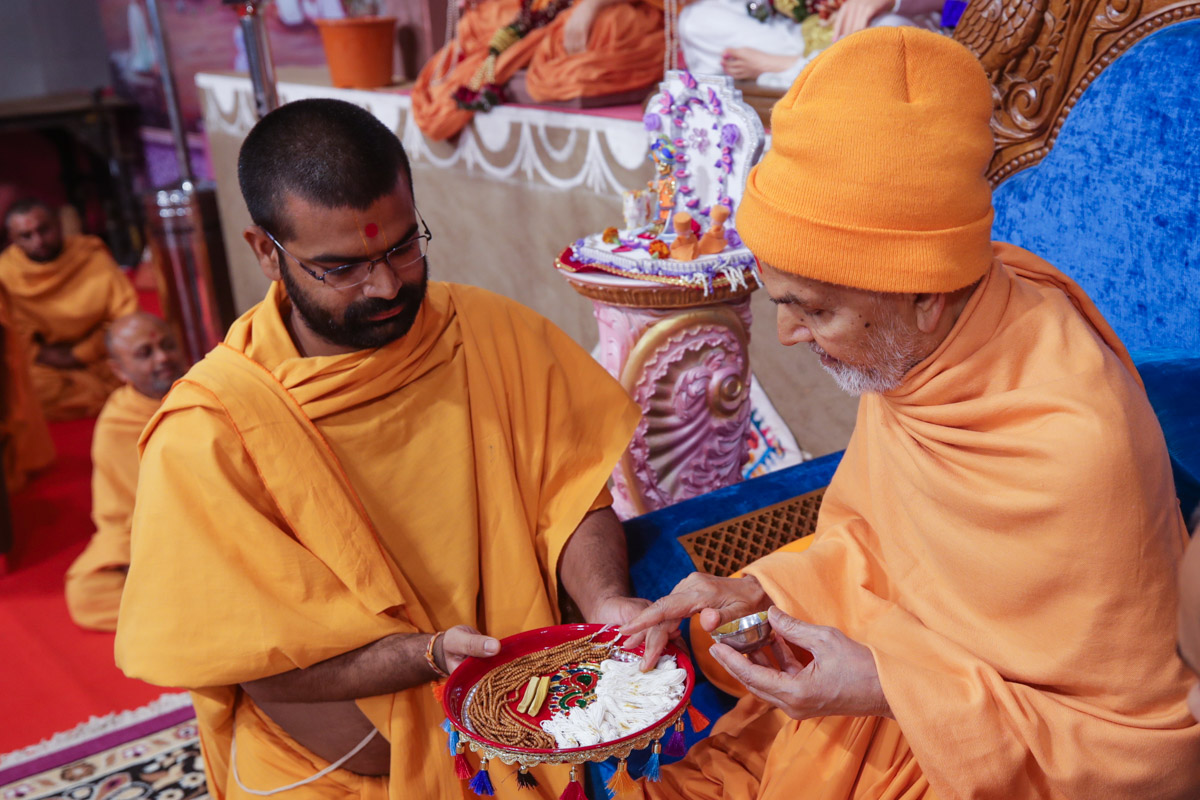 Swamishri sanctifies janois and kanthis