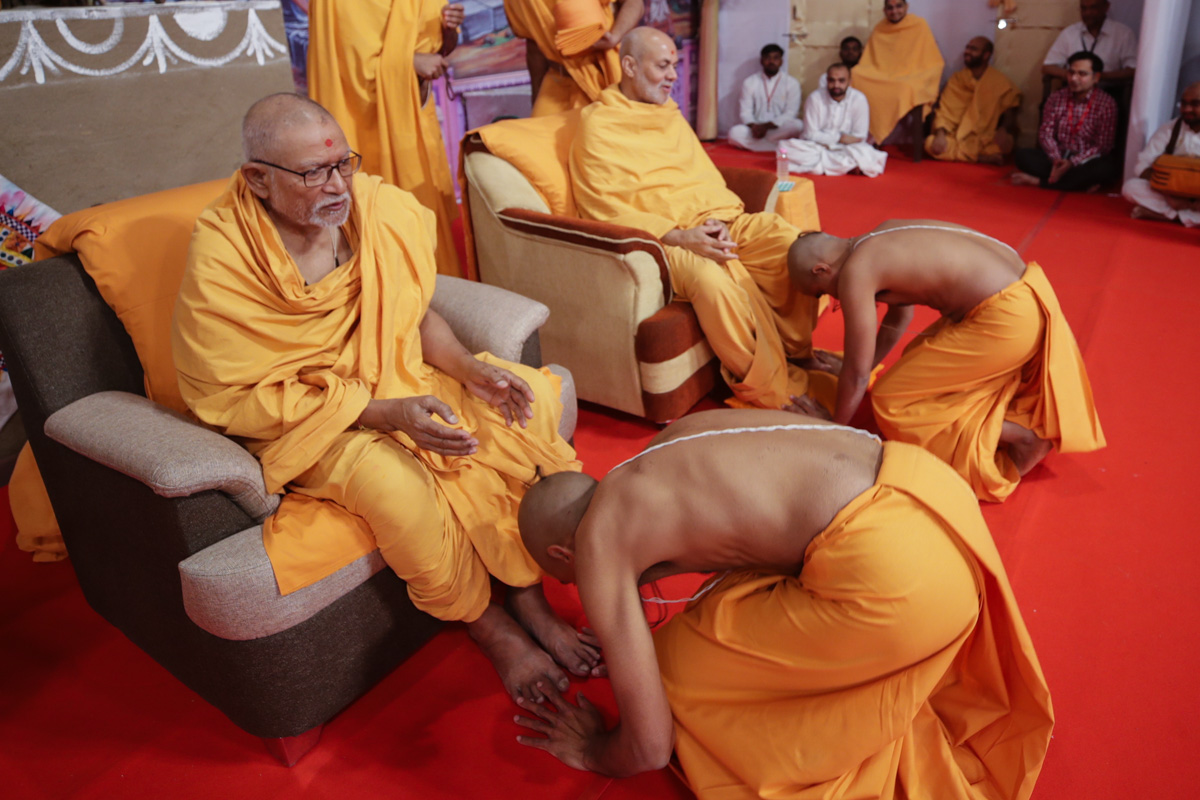 Pujya Kothari Swami and Pujya Viveksagar Swami blesses newly initiated sadhus