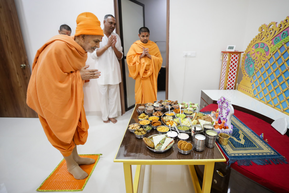 Swamishri engrossed in darshan of thal offered to Shri Harikrishna Maharaj