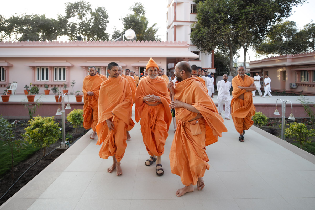 Swamishri on his way to visit the newly constructed shikharbaddh mandir, Dhule